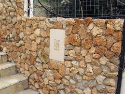 Τοιχοποιία πέτρας στη ροδο